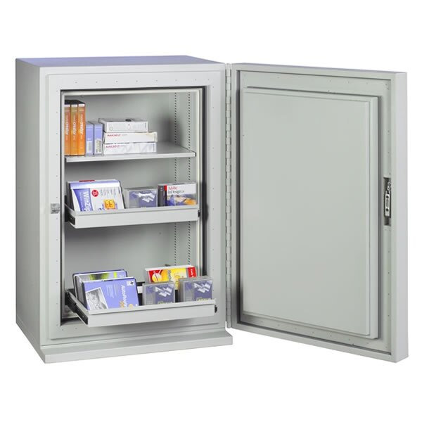 The safe is supplied with a shelf and two drawers